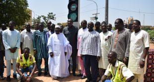 Feux tricolores solaires à Ouagadougou: Le Ministre Bachir met en service des feux tricolores solaires, au carrefour de l'Hôtel administratif